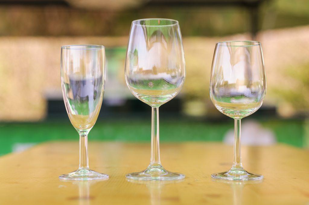 Sektglas und Weingläser